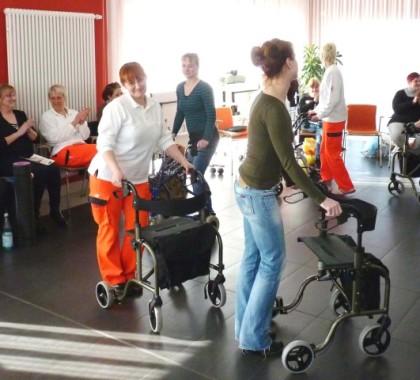 Sitz-, Tisch- & Rollatorentänze im Pflegeprozess